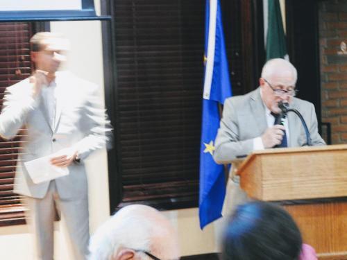 Il Prof. Tonino Corsetti recita la sua poesia, in rappresentanza della regione Abruzzo.  Sulla sinistra vediamo Marco D'Aristotile che in seguito ha letto alcuni proverbi abruzzesi.