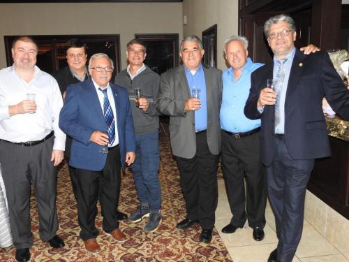 Da sinistra,  Dott. Giovanni Ciraulo, seconda fila Giovanni LoIacono,Presidente Domenico Ruggirello a destra, Giovanni Orlando e altri amici che brindano ad una splendida serata.