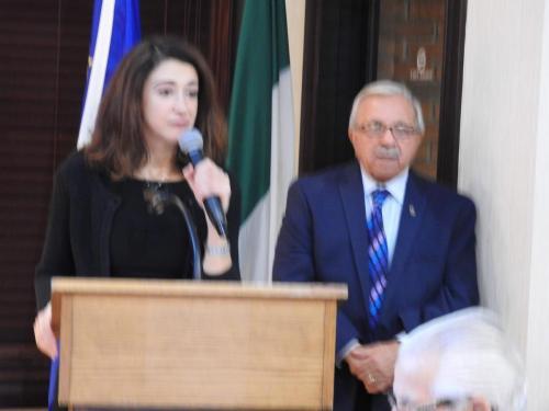 La Dott. ssa Maria Manca, Console d'Italia in Detroit e saluta i concittadini e si congratula con il Presidente del Com.It.Es di Detroit, Domenico Ruggirello qui presente per aver organizzato alla comunità un'evento di grande innovazione e cultura.Questo evento è stato realizzato sotto gli auspici del Consolato Italiano in Detroit.
